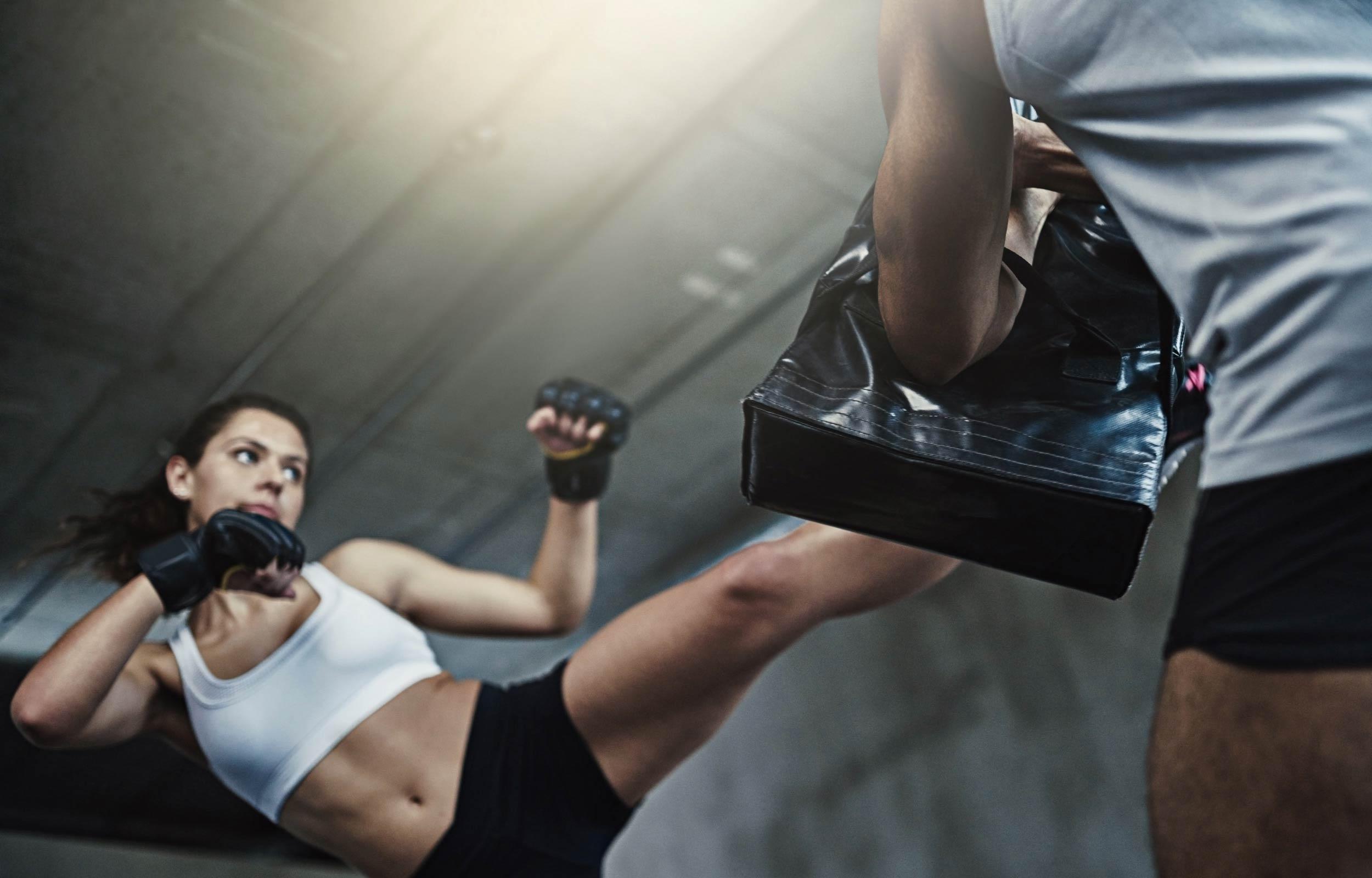 Greiff Dynamisch Plus OP Titelbild – Kickboxerin beim Training