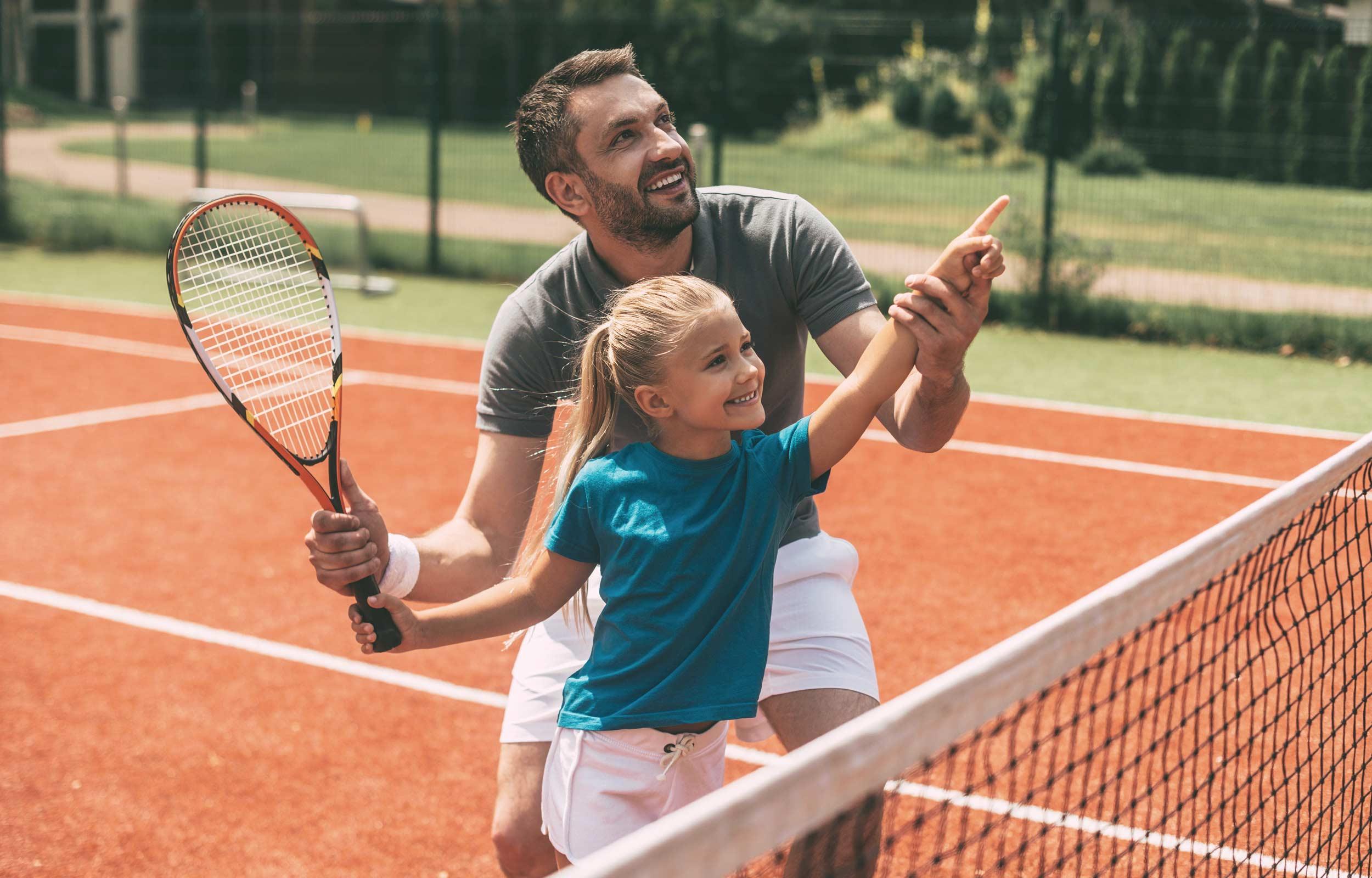 Guliver Demografie Aktien Invest Titelbild –Vater trainiert Tochter im Tennis